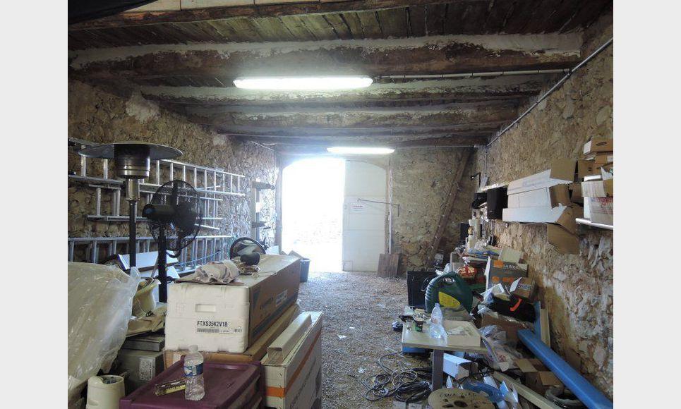 Remise avec grenier et jardin saint maximin vente box for Garage peugeot st maximin