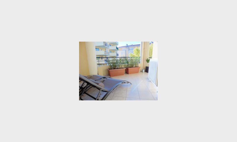 t2 meubl all es provencales terrasse location appartement aix en provence 1400 eur goyard. Black Bedroom Furniture Sets. Home Design Ideas