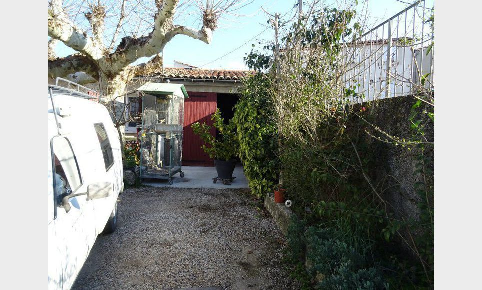 MAISON DE PLEIN PIED T3 AVEC JARDIN ET GARAGE - COEUR DE TOU : Photo 4