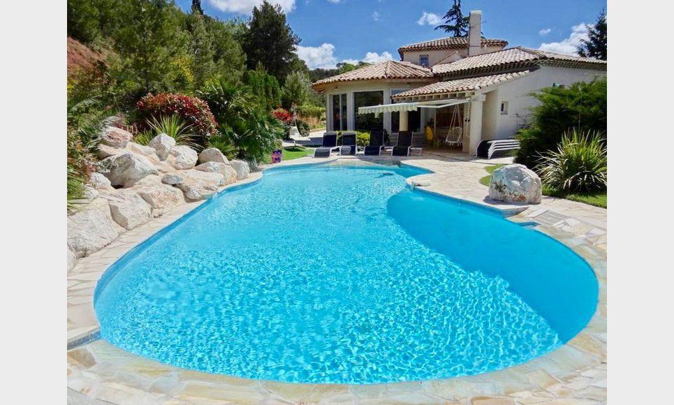 Villa sur parc arboré de 1 hectare avec piscine et garages -