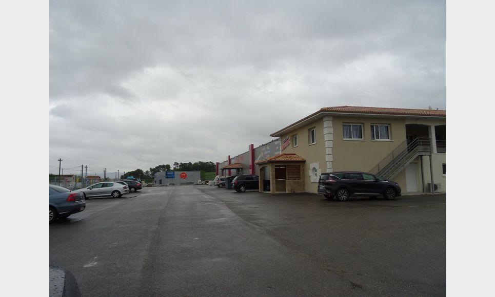LOCAL COMMERCIAL ET PARKING : Photo 2
