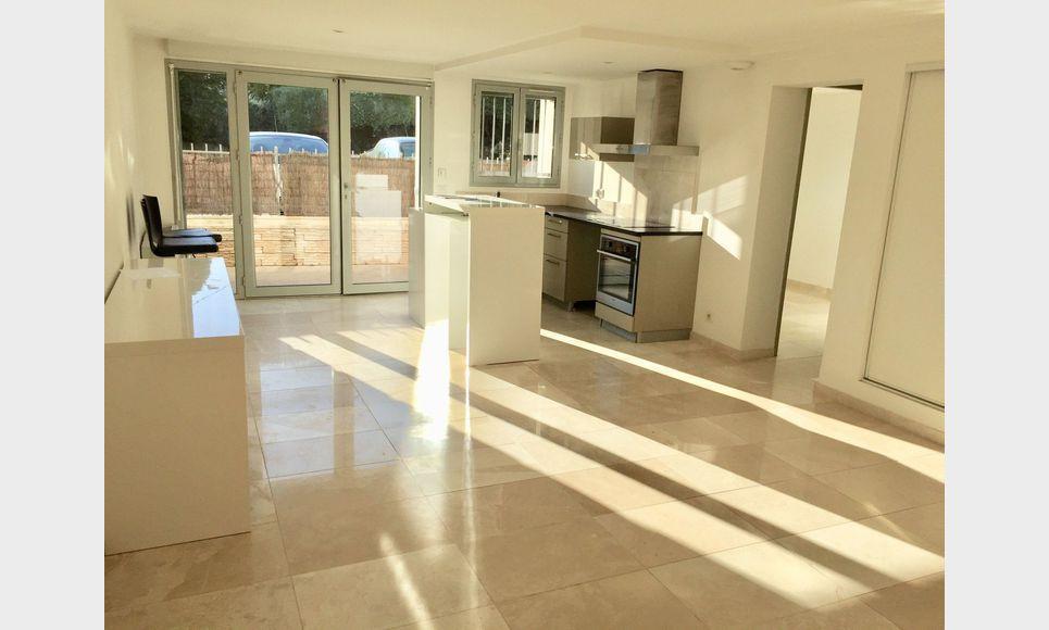 AIX - T2 52 m2 proche clinique Axium - Parkings + terrasse p