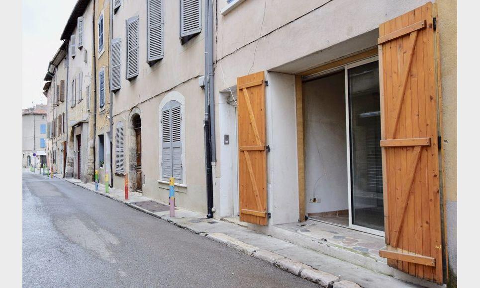 ST MAXIMIN - Studio 16,43 m2 - Cave voutée 40 m2 environ : Photo 3
